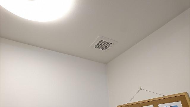 てらお整体院の施術室の天井の換気扇の写真